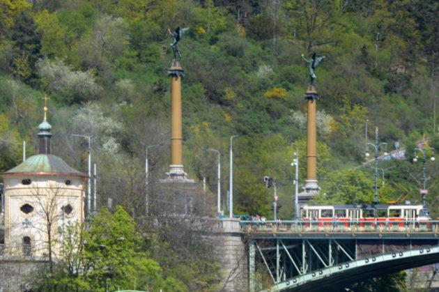 Чехов мост. Статуи светочей (женщины с факелами)