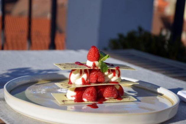 Десерт Mille-feuille 290 CZK. Вова вспоминает: это торт-сюрприз, его надо есть по порядку. Перефоткал все пластинки с нотами