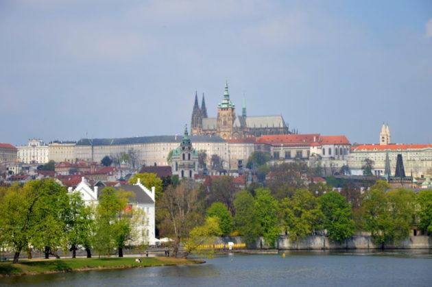 Вид на Пражский град с набережной Масарика