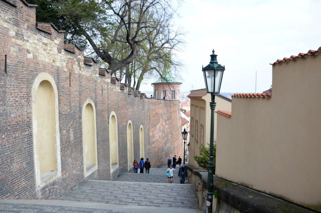 По старой замковой лестнице спускаются в Малую Страну к улице Нерудова