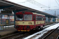Такой прикольный поезд из одного вагона, деревянный.
